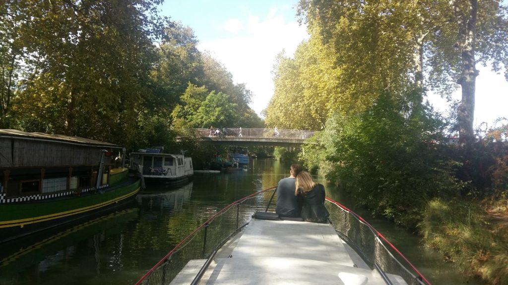Amoureux a l'ombre des plates sur le canal du midi